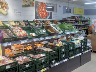 In Plastik verpacktes Gemüse im Supermarkt