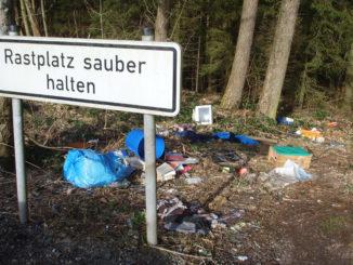 """Müll direkt hinter einem Schild """"Rastplatz sauber halten"""""""