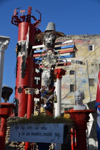 Kunst aus Schrott in der Callejón de Hamel in Havanna (Kuba)